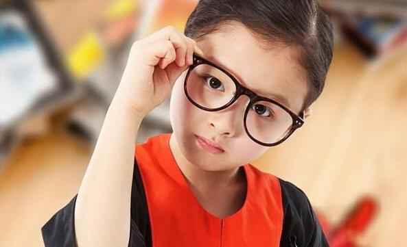 不过,一旦孩子戴上眼镜,就不能轻易取下,只有让眼睛处于正视眼状态,才